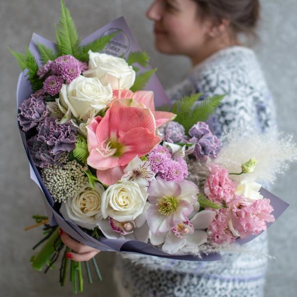 Букет Оливия с розами и амариллисом