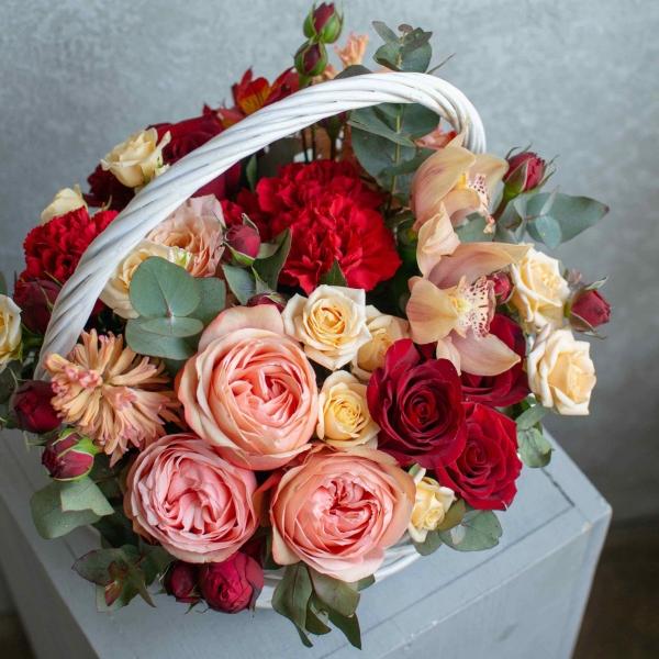 Корзина Шейла с розами Кахала и орхидеями