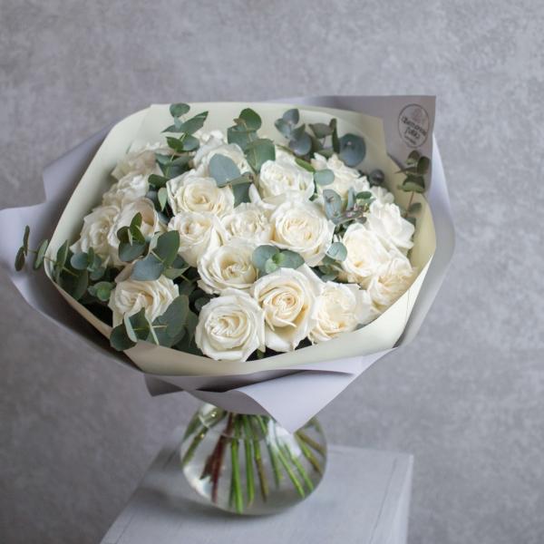Монобукет из роз Плайя Бланка с эвкалиптом